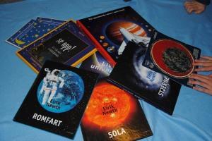 Bøker om stjernehimmelen, sola, månene, verdensrommet.